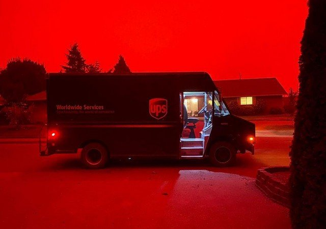 дым от лесных пожаров в штате Орегон и автомобиль