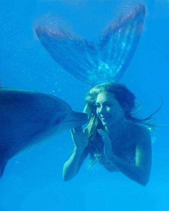 Ханна Фрейзер в образе русалки с дельфином