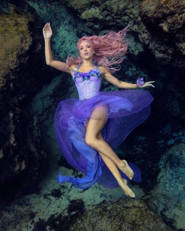 Ханна Фрейзер плавает в синем платье около камней