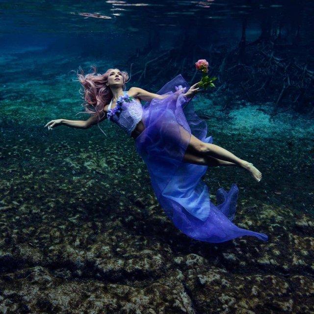 Ханна Фрейзер в синем платье в воде