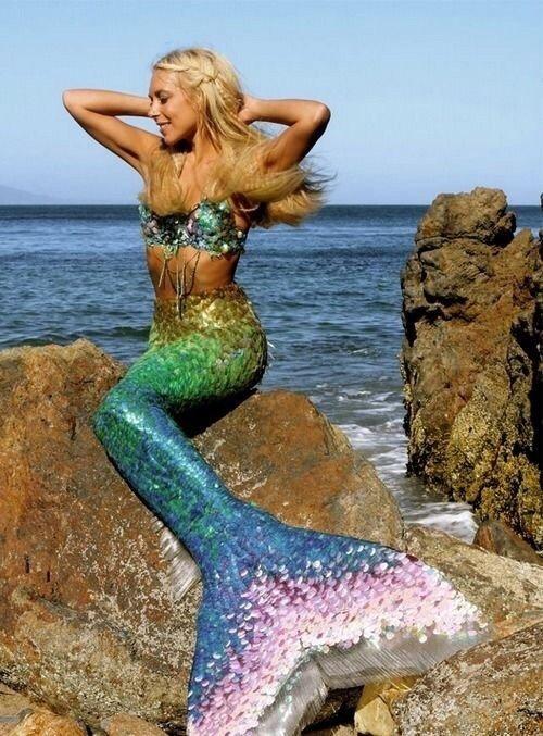 Ханна Фрейзер в образе русалки с переливающимся хвостом