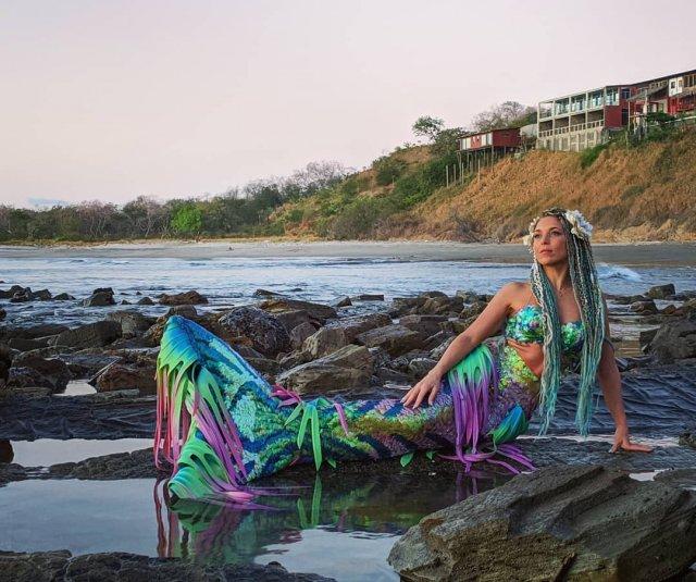 Ханна Фрейзер в образе русалки с хвостом на берегу