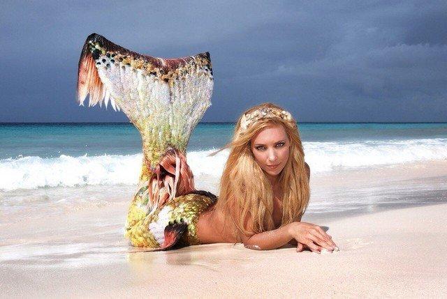 Ханна Фрейзер в образе русалки на пляже