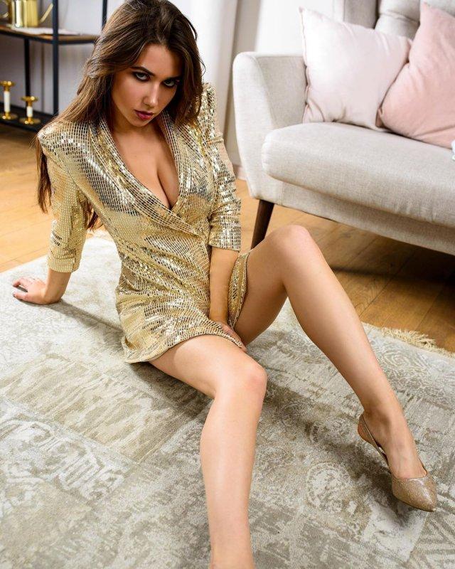 Блогер Настюша Найс (anastya.nice) в золотистом платье
