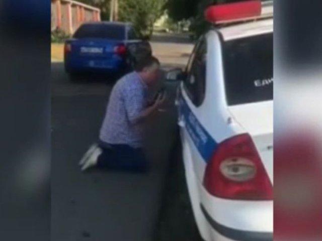 Сначала угрожал увольнением, а после встал на колени перед полицейскими