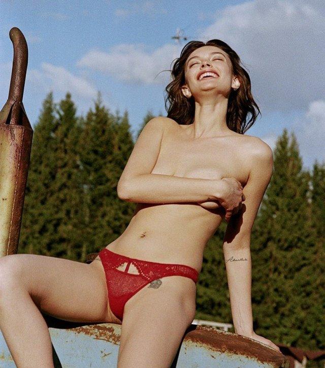 Лиза Адаменко в красных трусах на фоне леса