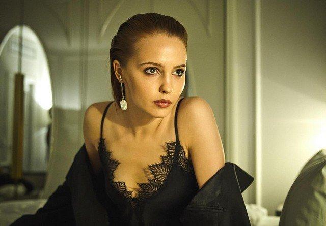 Юлия Хлынина в черном платье на кровати