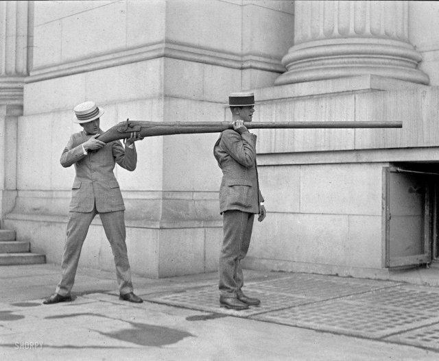 Ружьё 19-го века для охоты на водоплавающих птиц, одним выстрелом из которого можно было убить около 50-ти пернатых.