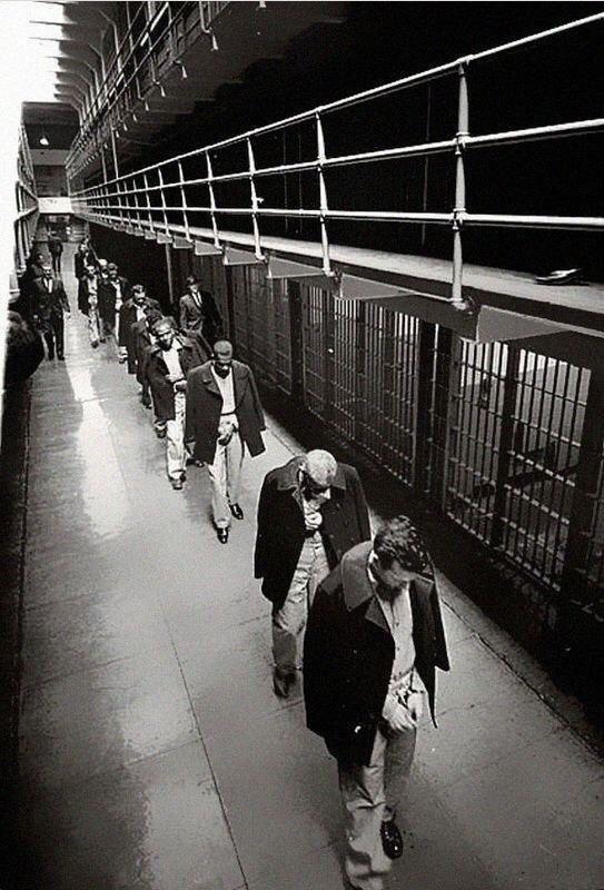 Последние заключённые покидают Алькатрас. 1963 год.