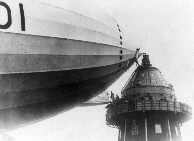 Погрузка пассажиров на дирижабль с причальной мачты в начале 1930-х годов.