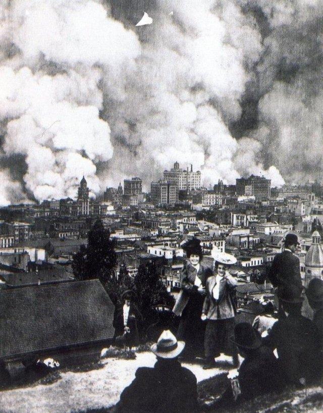 Барышни фотографируются на фоне пожара в Сан-Франциско, вызваного землетрясением, 18 апреля 1906 года.