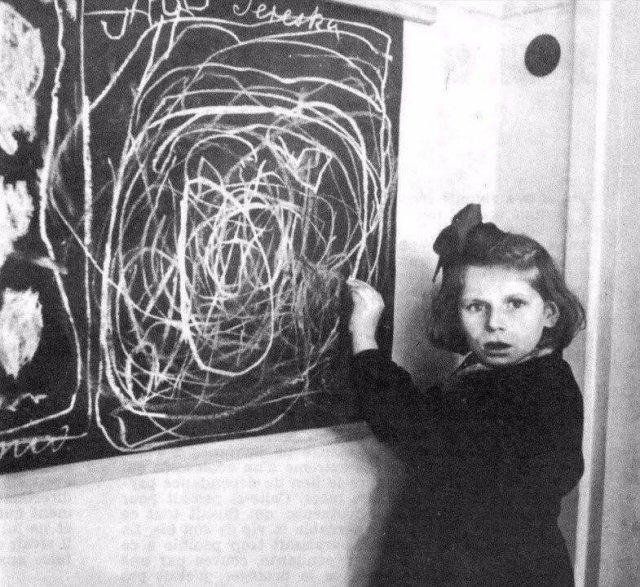 Польская девочка, выросшая в концлагере, рисует свой дом. 1948 год