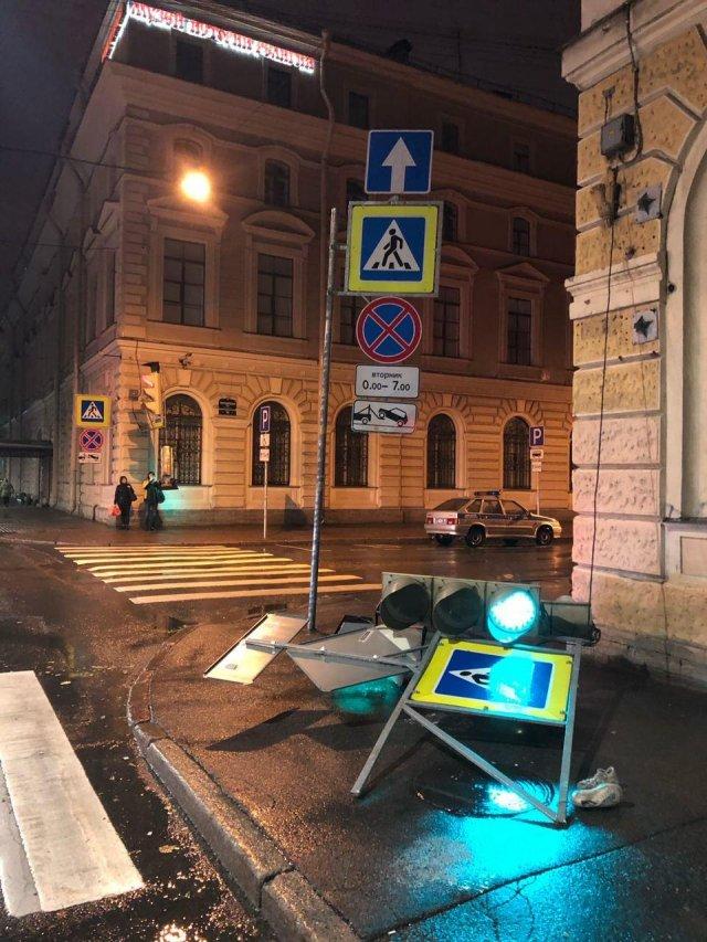 Светофор упал в центре Петербурга