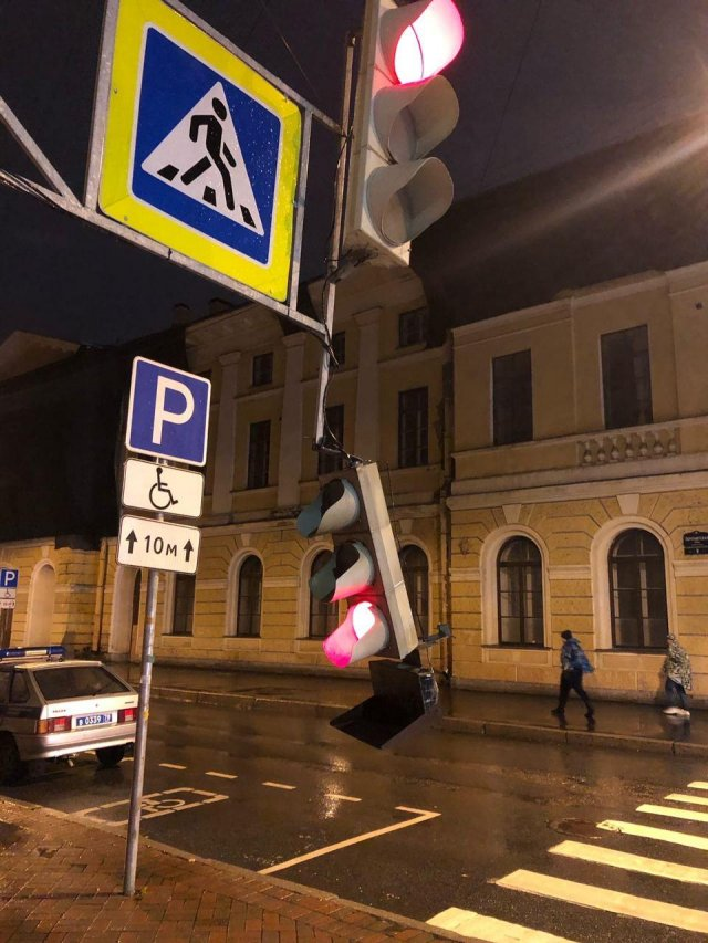 Светофор отлетел в центре Петербурга