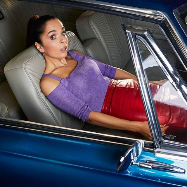 Юлия Ахмедова - в фиолетовой кофте и красной юбке в машине