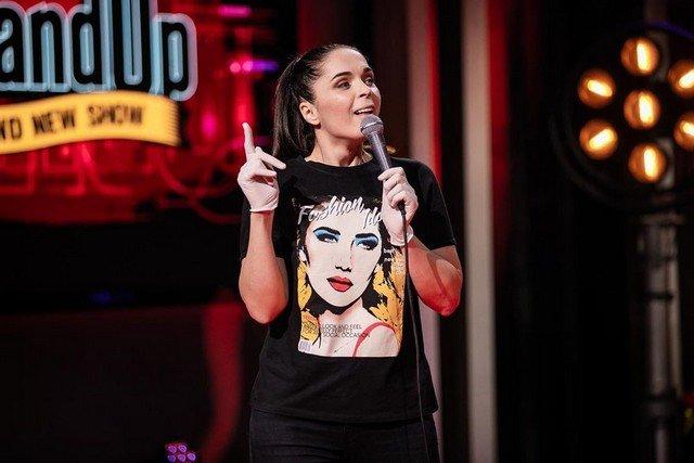 Юлия Ахмедова в черной футболке на выступлении