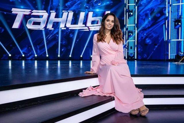 Юлия Ахмедова в розовом платье