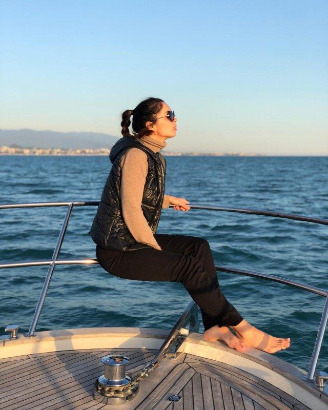 Юлия Ахмедова на яхте в  теплой одежде