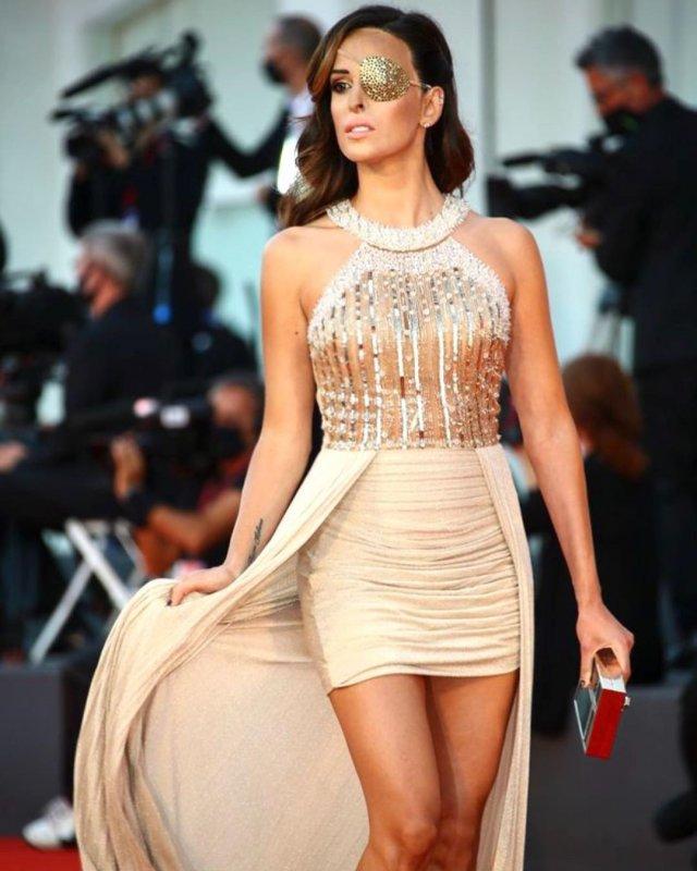 Джессика Нотаро в Венеции в блестящем платье