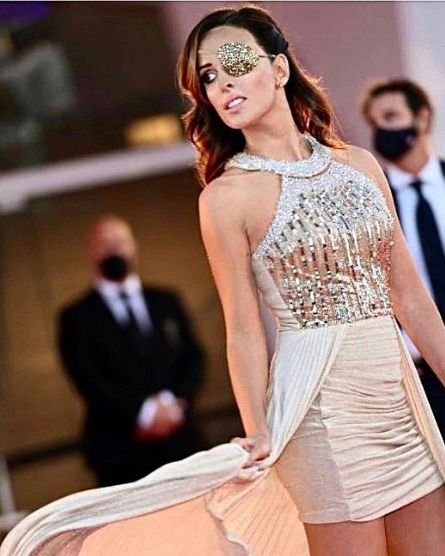 Джессика Нотаро в Венеции в белсятщем платье