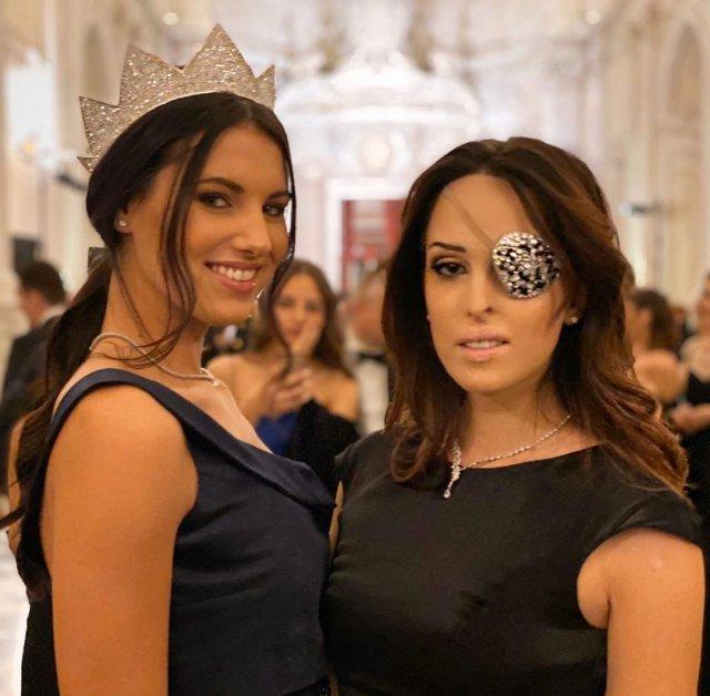 Джессика Нотаро справа в черном платье