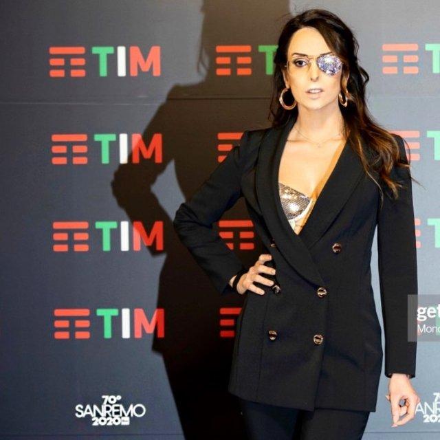 Джессика Нотаро в черном костюме