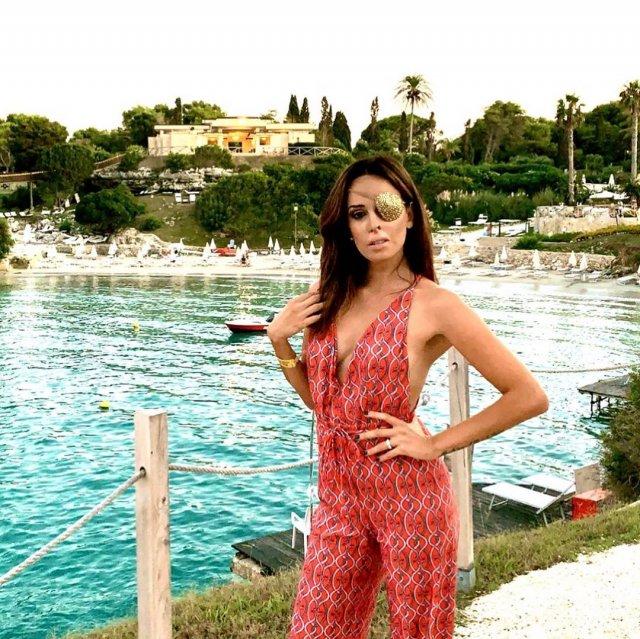 Джессика Нотаро в красном костюме на пляже