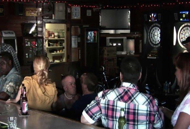Стиви Ли в баре