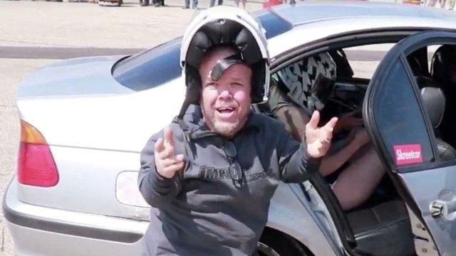 Стиви Ли в полицейской машине