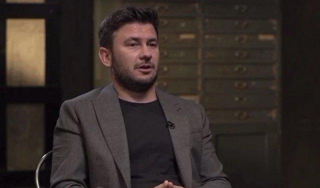 Дмитрий Глуховский в сером пиджаке и черной футболке
