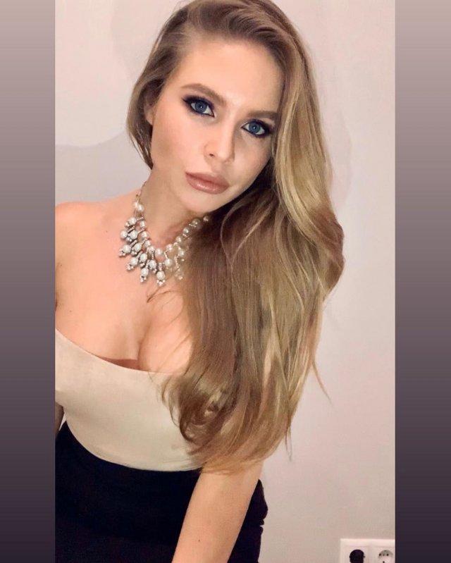 Alessandra Jane (Татьяна Смирнова) в топе телесного цвета с декольте