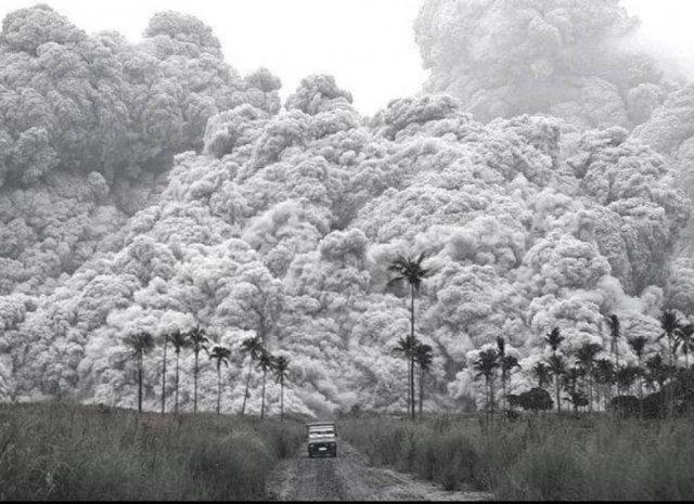 Водитель пикапа пытается сбежать от облака пепла, во время извержения вулкана Пинатубо на Филиппинах.17 июня 1991г.