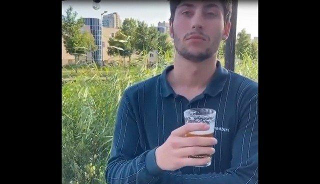 Мужчина со стаканом разговаривает с барменом