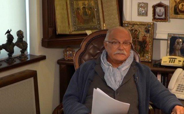 Никита Сергеевич Михалков сидит за столом у себя в кабинете
