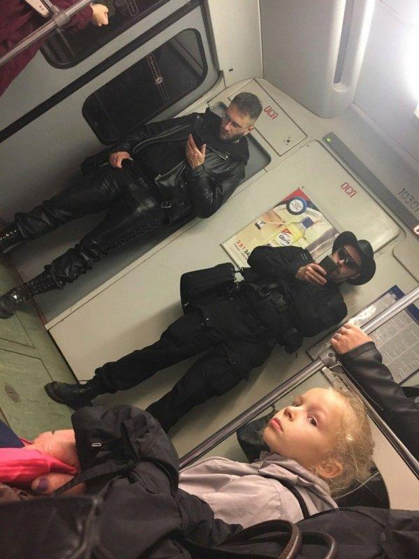 мужчины в черных костюмах