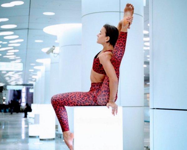 гимнастка в метро