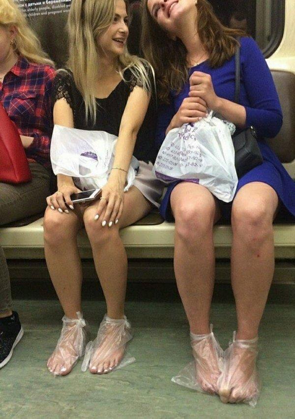 девушки с пакетами на ногах