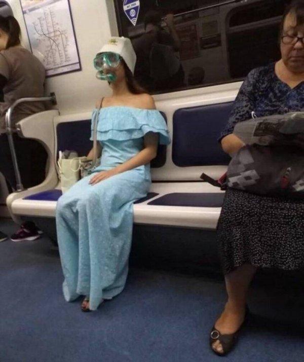 девушка в маске с трубкой