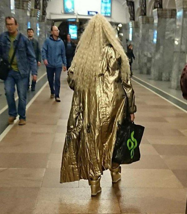 девушка в золото плаще