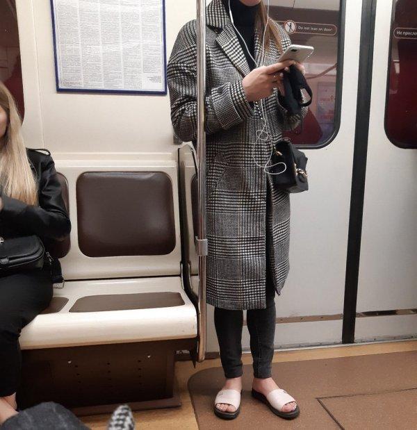 девушка в пальто и шлепках