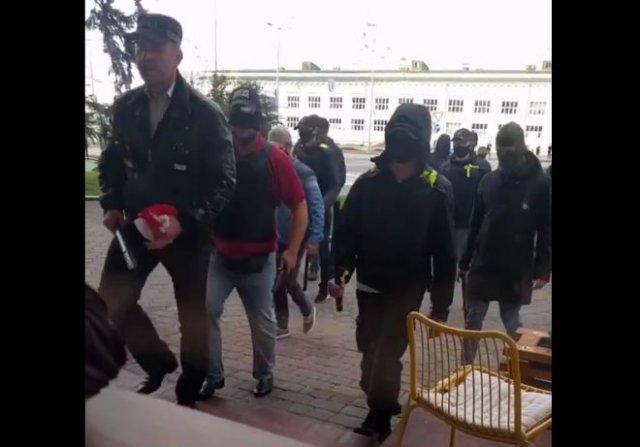 В Минске люди без опознавательных знаков ходят по улицам с дубинками и крушат витрины заведений