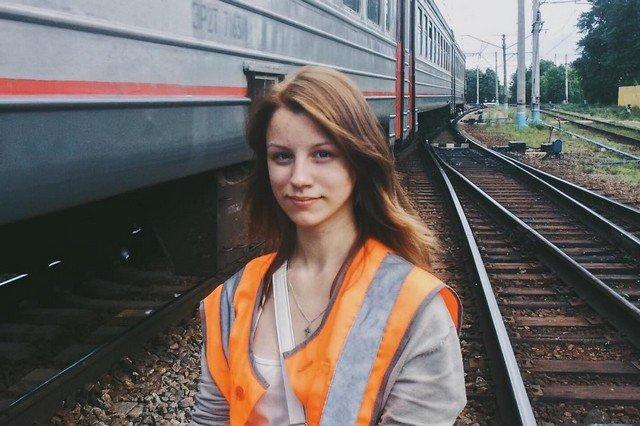 Екатерина Сергеева на фоне электрички