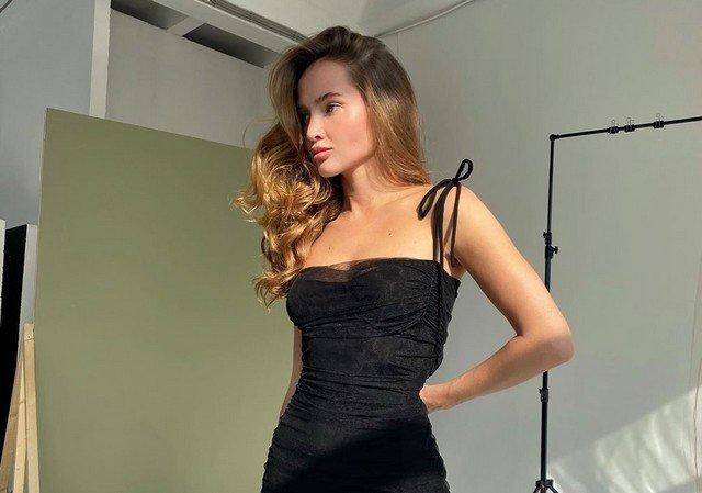 Блогер Саша Маркина в черном платье