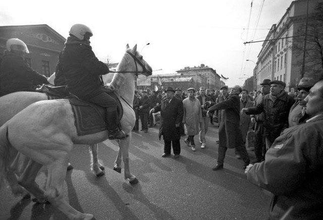 Конная милиция, преградившая путь демонстрантам