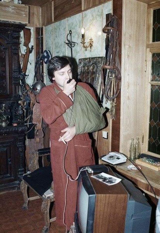 Александр Невзоров говорит по рации в своем доме, после покушения, 1990 год