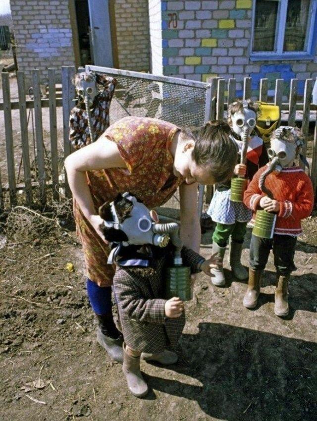 Жители села в противогазах после выброса в атмосферу вредных веществ