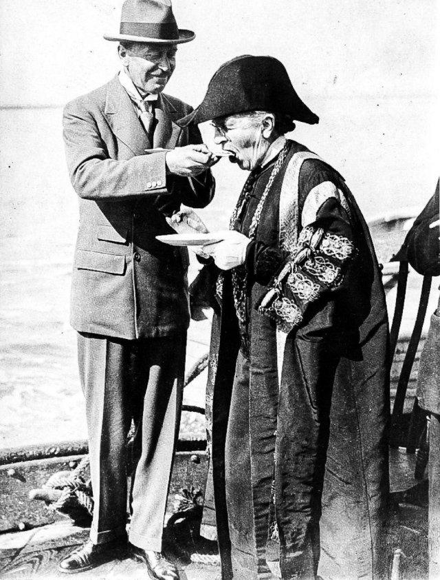 Первая женщина-мэр в Англии Екатерина Хант из Колчестера на официальном открытии сезона устриц, 1925 год.