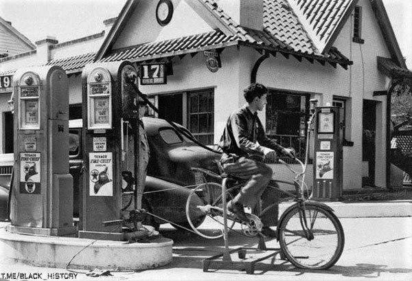 После урагана в Коннектикуте, оставившего без электричества заправку, 1938 год.