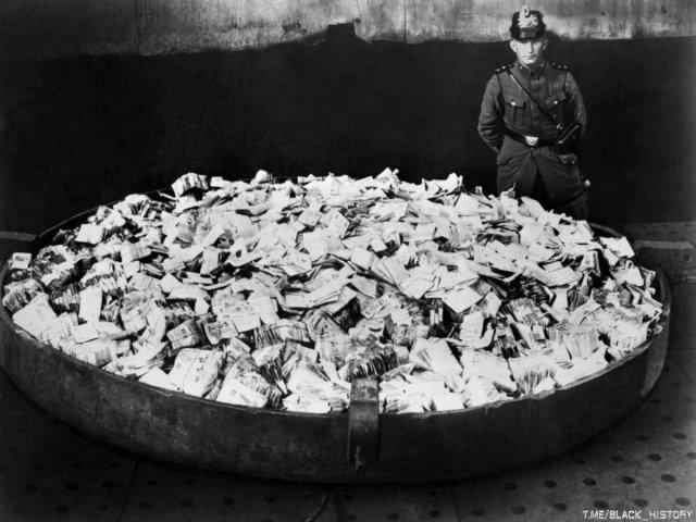 Когда деньги - мусор. Гиперинфляция в Германии, 1923 год.