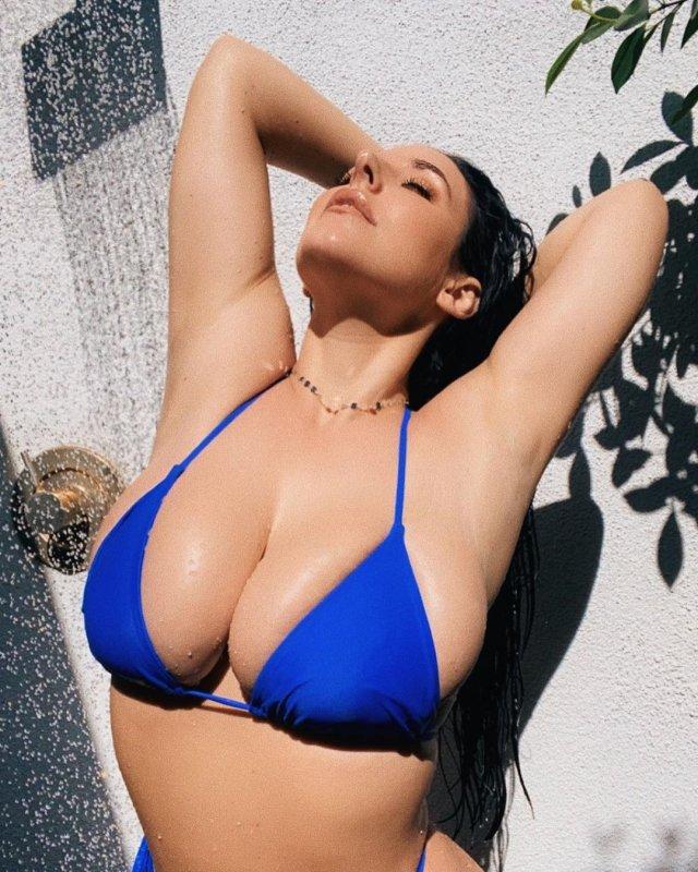 Порноактриса Анджела Уайт (Angela White) в синем купальнике под душем